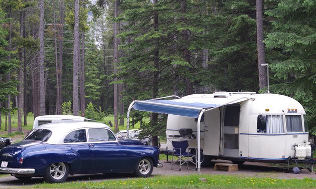 Bob Hielmeier's tows a 6 meter '78 Argosy with his '52 Chevy,