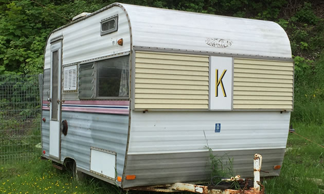 A trailer with a 'K' logo on the front.