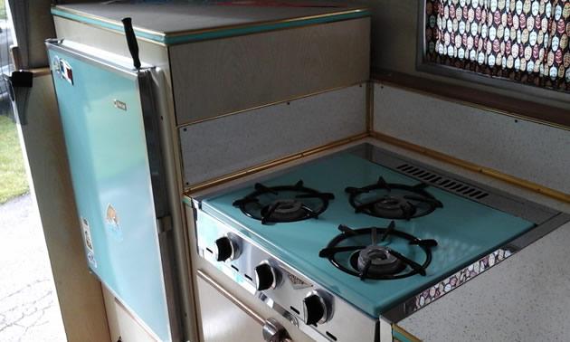 Retro stove and fridge in turquoise blue.